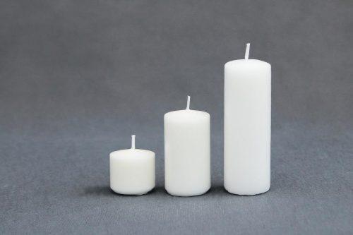 """Baltos spalvos žvakė """"Cilindras"""", diametras 40 mm, trijų aukščių 40 mm, 70 mm ir 120 mm."""