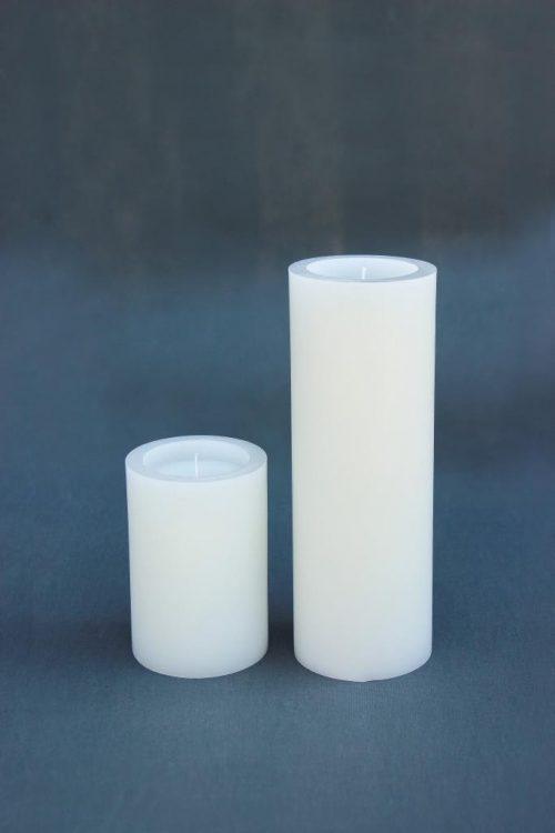 "Dvi baltos spalvos žvakės ""Cilindras"", diametras 100 mm, aukštis 150 mm ir 300 mm."