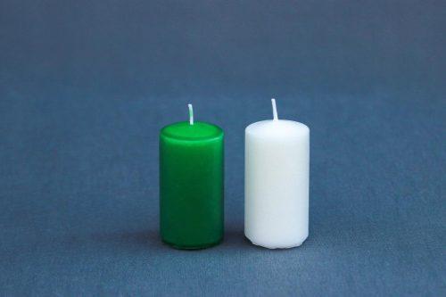 """Žvakė """"Cilindras"""" 48 mm diametro, aukštis 90 mm, baltos, mėlynos, raudonos, salotinės spalvos."""