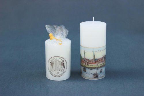 """Reprezentacinė žvakė """"Cilindras"""" su Latvijos pilimi ir Žemaičių krikšto jubiliejaus simboliu."""