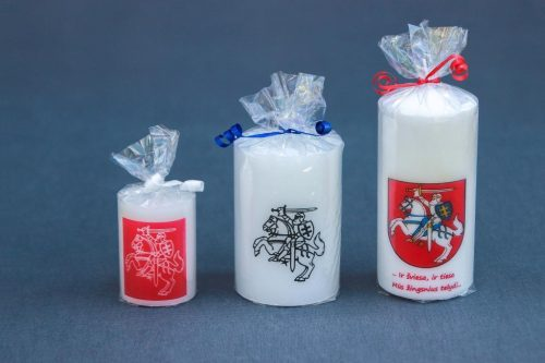 """Reprezentacinė ir suvenyrinė žvakė """"Cilindras"""" dekoruota Lietuvos herbu."""
