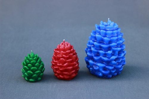 """Žvakė """"Kankorėžis"""", trijų dydžių, įvairių spalvų: mėlyna, žalia, raudona, balta."""
