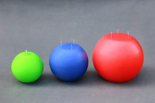 """Žvakė """"Rutulys"""", 6 dydžių: 6 cm, 8 cm, 10 cm, 12 cm, 15 cm ir 20 cm diametro, įvairių spalvų: raudona, balta, kreminė, žalia, mėlyna."""