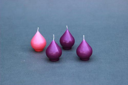 """Žvakė """"Advento rinkys"""" lašelis. Rinkinį sudaro 4 žvakės: 3 violetinės ir viena rožinė."""