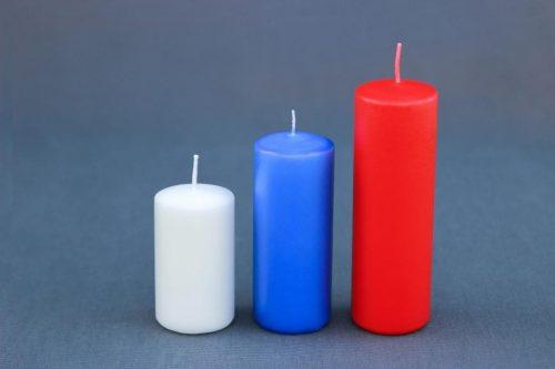 Žvakė cilindras, diametras 55 mm, trys auksčiai: 100 mm, 140 mm ir 180 mm. Įvairių spalvų: mėlynos, žalios, baltos, bordo, raudonos.