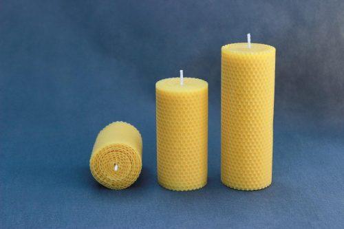 """Natūralaus vaško žvakė """"Korinis cilindras"""", trijų aukšių 80 mm, 130 mm ir 170 mm."""