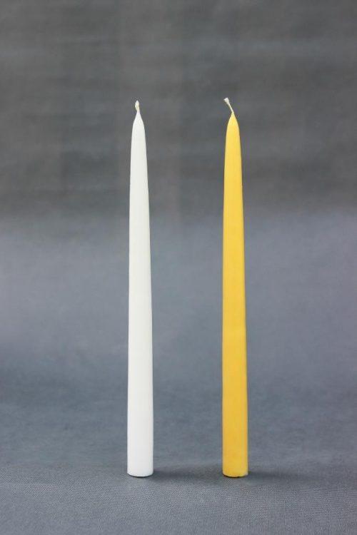 """Baltos ar geltonos spalvos žvakė """"Tradicinė+"""", savaime užgęstanti, likus 1 cm iki pabaigos. Naudojama pakeitimui žvakei """"Senoji tradicija""""."""