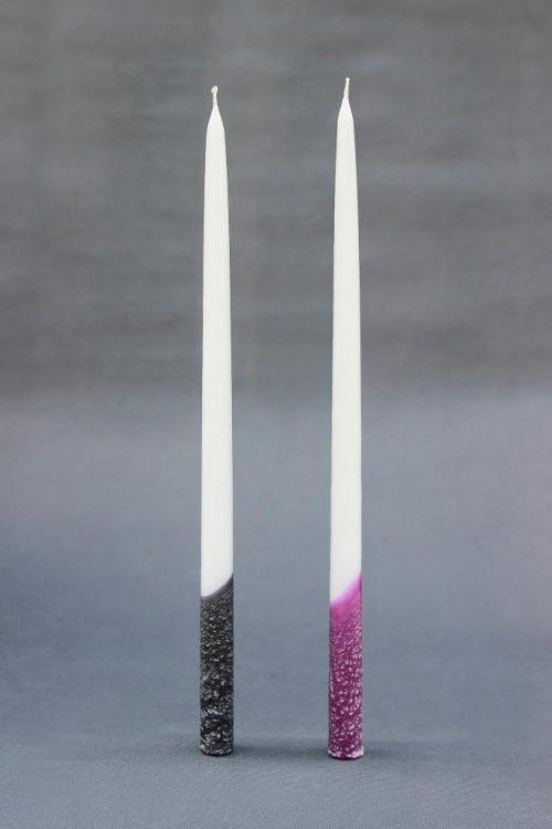 """Žvakė """"Tradicinė"""" 42 cm, dekoruota violetinio arba juodo marmumo efektu, tinka bažnyčių ir ritualinių patalpų dekoravimui."""