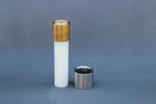 bronzos arba metalo spalvos žvakės antgalis apsaugo cilindrines žvakes nuo varvėjimo.