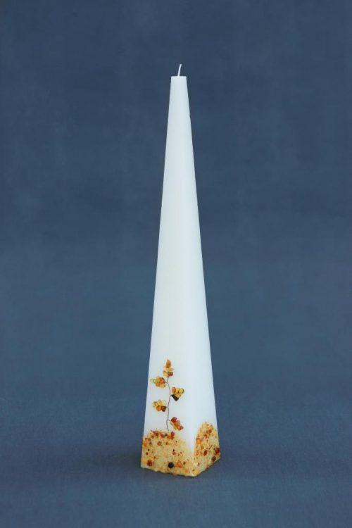 """Žvakė """"Piramidė"""" 45, dekoruota gintaru."""