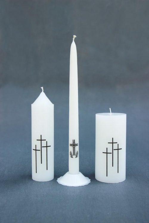 """Trys žvakės dekoruotas ritualine atributika kryžiumi, Žvakė """"Cilindras"""" diametras 50 mm, aukštis 200 mm; žvakė """"Tradicinė"""" 320 mm ir Žvakė """"Cilindras"""", diametras 70 mm, aukštis 150 mm."""