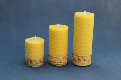 """Natūralaus vaško žvakė """"Korinis cilindras"""" dekoruota natūraliu gintaru ir linu. Trijų dydžių 80 mm, 130 mm ir 170 mm."""