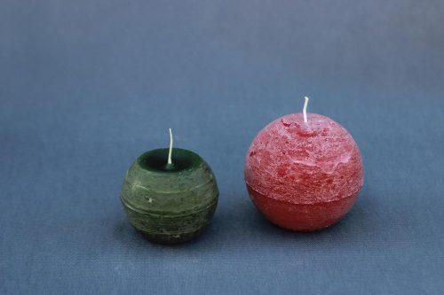 Rustic stiliaus žvakė, įvairių spalvų ir formų.