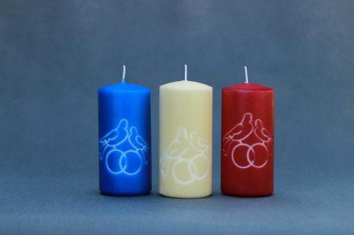 """Vestuvinė dekoratyvinė žvakė """"Cilindras"""" 65/140 dekoruota žiedais ir balandžiais, įvairių spalvų."""