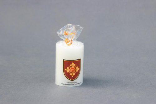 Suvenyrinė žvakė Cilindras 70/100 dekoruota Lietuvos kariuomenės Ordinariato logotipu.