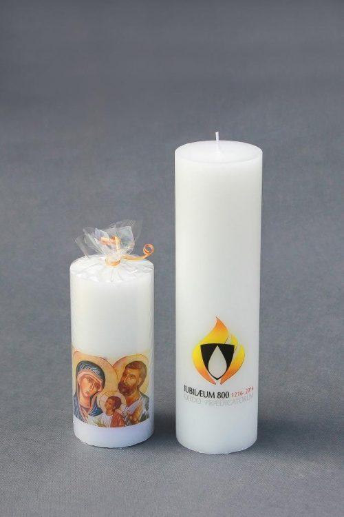"""Dekoratyvinė žvakė """"Cilindras"""" su Šv. Šeimos paveikslu ir Dominikonu simboliu."""