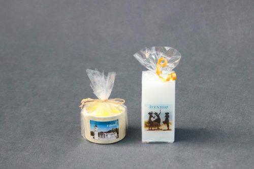 """Žvakė """"Molinukas"""" su Vilniaus katedra ir Žvakė """"Stačiakampis"""" su Šventosios miesto paveikslu."""