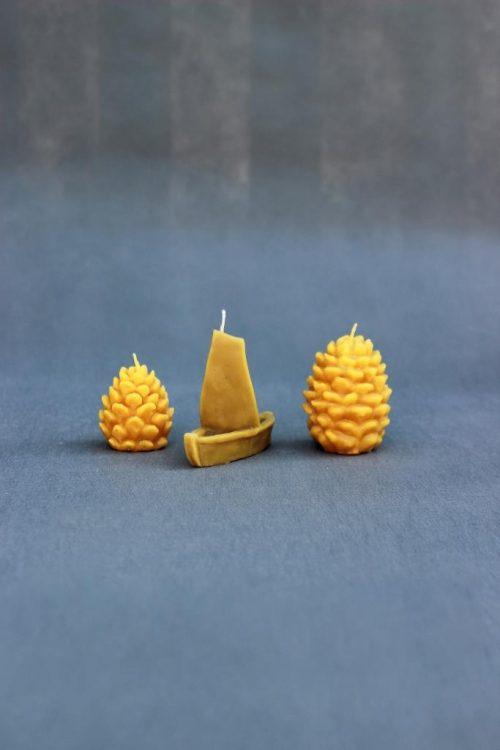 """Natūralaus vaško žvakė """"Laivelis""""."""
