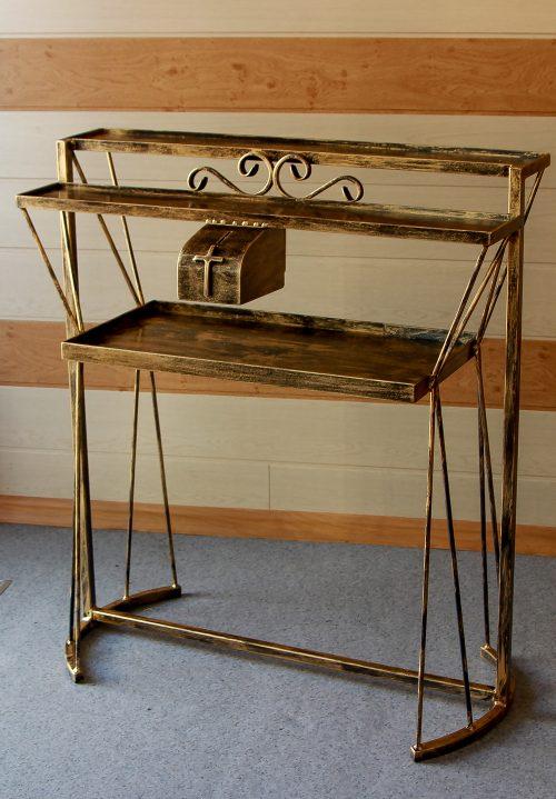 stalas žvakių deginimui bažnyčioje, koplyčioje.