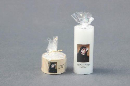 """Suvenyrinė žvakė """"Molinukas"""" ir """"Cilindras"""" dekoruota Fausinos paveikslu."""